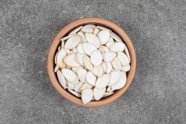 カボチャの種をセラミックボウルで乾かします。