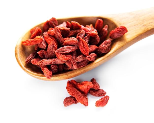 흰색 바탕에 건강한 식단을 위한 마른 빨간 구기자