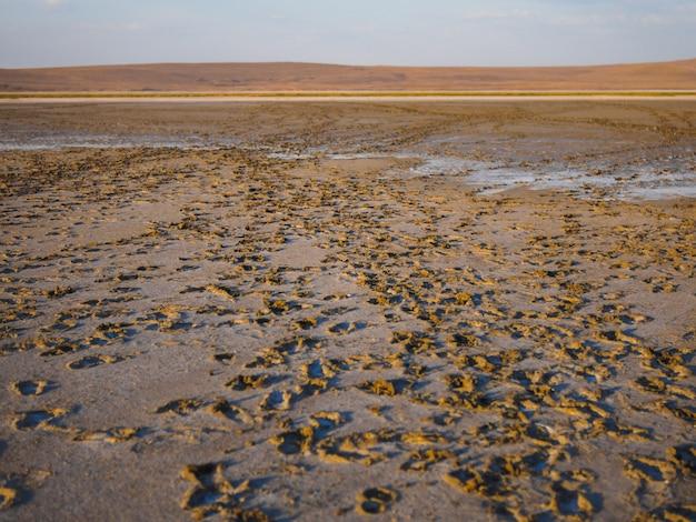 우리 여행에서 마른 소금 호수. 관광객들은 흔적을 남깁니다.