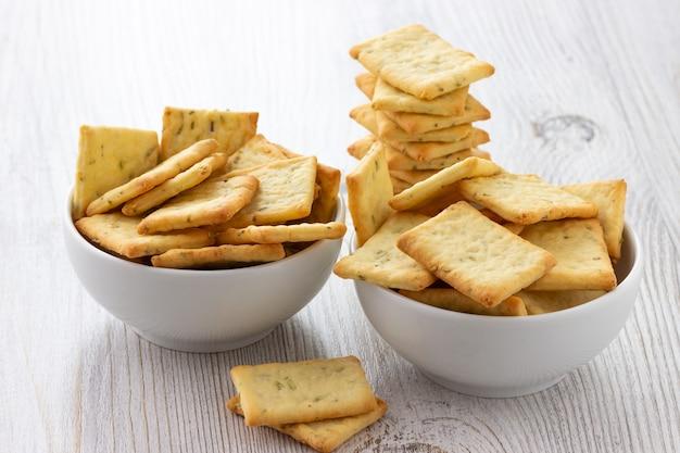 テーブルの上のボウルに塩味のクラッカークッキーを乾燥します。