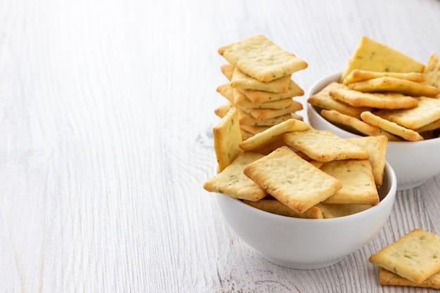 テーブルの上のボウルに塩味のクラッカークッキーを乾燥させる