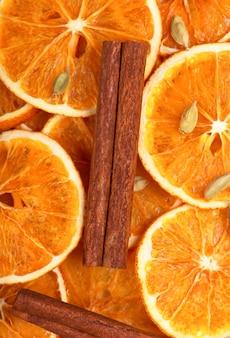 Сухие ломтики апельсина, корицы, гвоздики и кардамона.