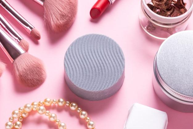 Сухой твердый шампунь на розовом столе, крупным планом