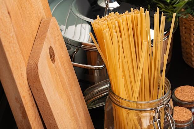 調理器具付きのキッチンカウンターでスパゲッティを乾燥します。