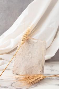テーブルの上の乾燥スパイク小麦