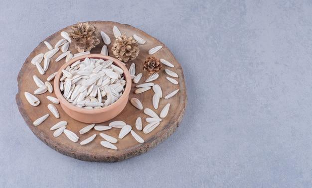 大理石のボード上のボウルにヒマワリの種を乾燥させます。