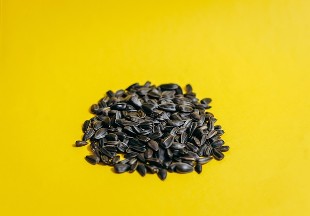 マクロ黄色の空間で、ヒマワリの種を乾燥させる