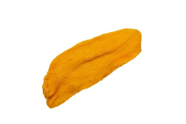 Сухие вкусные кусочки манго, изолированные на белом фоне. вид сверху.