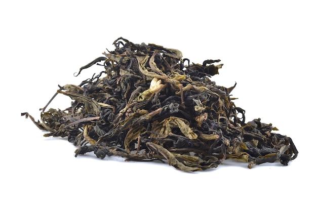 白い背景で隔離の乾燥茶葉