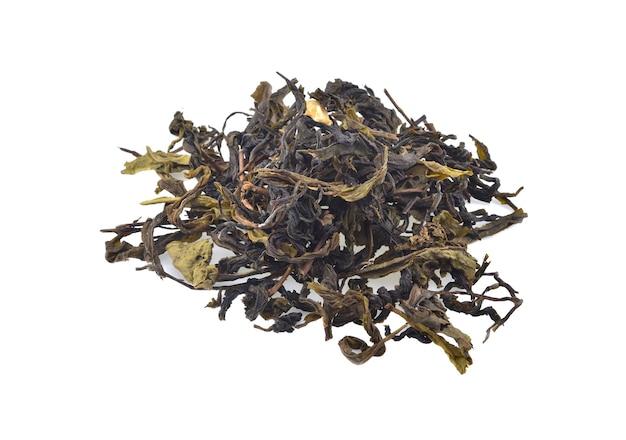 Сухие чайные листья, изолированные на белом фоне