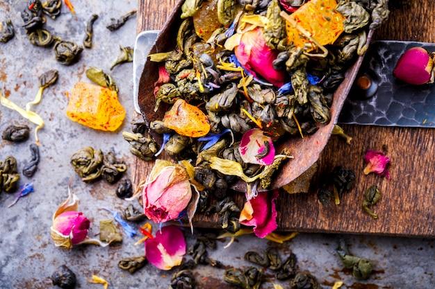 Чай сухой на основе зеленого с фруктами и лепестками роз