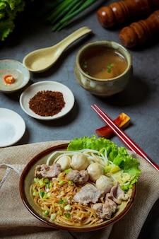細麺を豚肉と豚肉の煮込みで乾かします。