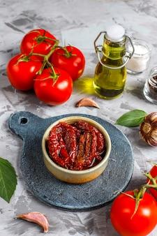 Помидоры обсушить на оливковом масле.