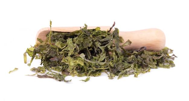 Сухие водоросли вакамэ, изолированные на белом