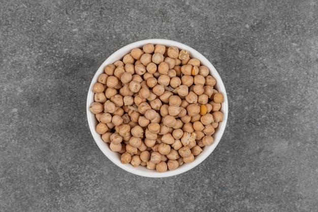 白いボウルに黄色いエンドウ豆を乾かします。