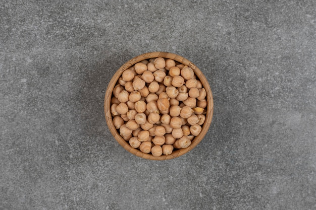 木製のボウルに黄色いエンドウ豆を乾燥させます。