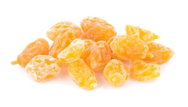 白い表面に乾燥した黄色いプラム