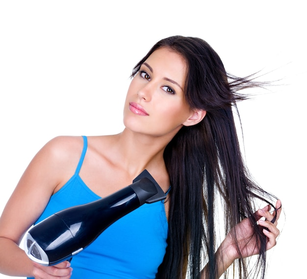 Haidryerで女性の長い茶色の髪の乾燥-白い背景で隔離