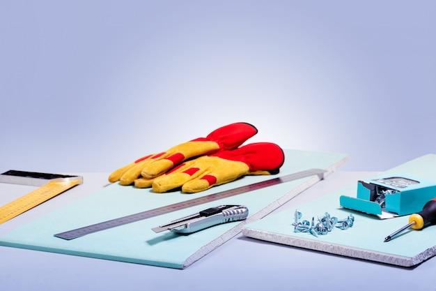 Набор инструментов для гипсокартона. домохозяйство, техническое обслуживание и ремонт концепции. копировать пространство