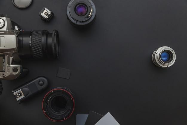 블랙 테이블에 dslr 카메라 시스템, 카메라 청소 키트, 렌즈 및 카메라 액세서리