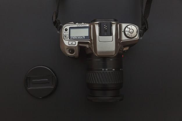 Система камеры dslr на темно-черном столе