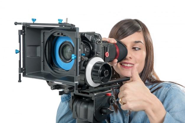 Красивая молодая женщина с dslr видеокамерой, на белом