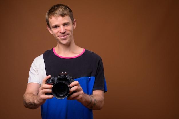 Портрет фотографа человека, использующего камеру dslr в студии