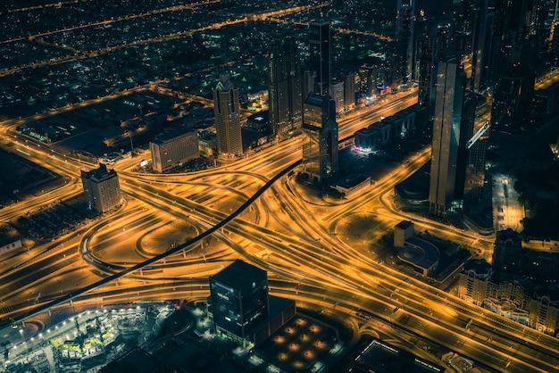 도시의 불빛이 있는 두바이 시내 야경. 위에서 본 상위 뷰