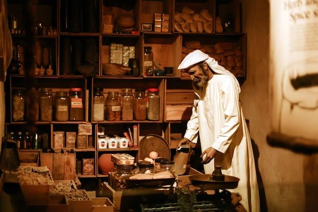 古い店でワックスアラビア人の売り手とドバイ歴史博物館