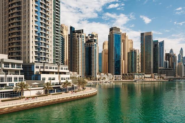 두바이 마리나 고층 빌딩과 두바이 아랍 에미리트의 항구