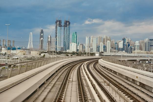 ドバイのメトロ鉄道網と都市