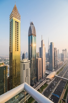 日没時のドバイのスカイラインとダウンタウンの高層ビル。アラブ首長国連邦の世界的に有名な大都市の高層ビルと近代建築のコンセプト