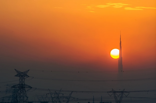 사막 쪽에서 본 일몰의 두바이 스카이라인은 세계에서 가장 높은 건물을 보여줍니다.
