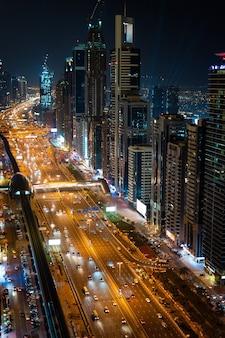 Горизонт дубая в ночное время, объединенные арабские эмираты