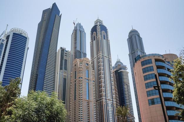 Дубай. набережная дубая марина ранним утром. небоскребы в дубае.