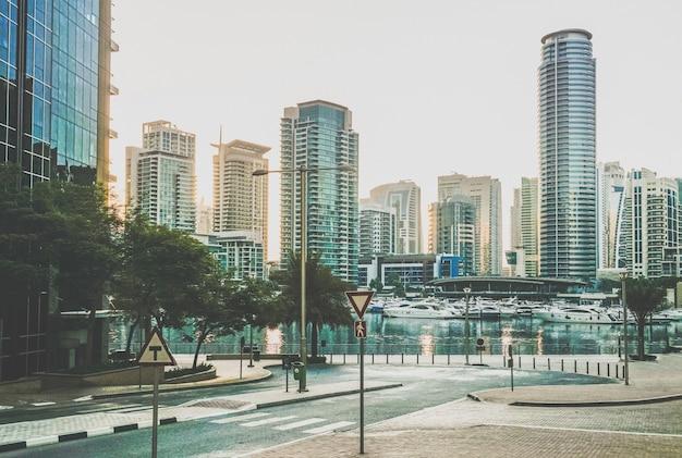 Дубай. набережная дубая марина ранним утром.