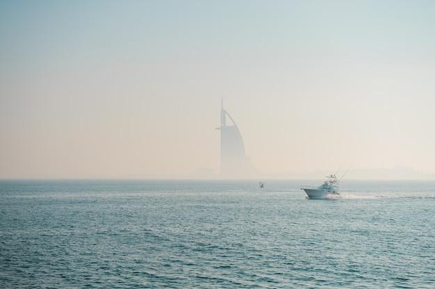 Дубай, оаэ, 24 декабря 2020 года туманная фотография отеля burj al arab