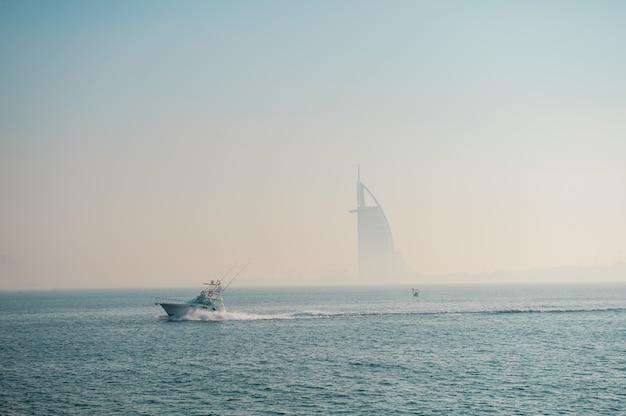 두바이, 아랍 에미리트, 2020 년 12 월 24 일 버즈 알 아랍 호텔에서 안개가 자욱한 사진