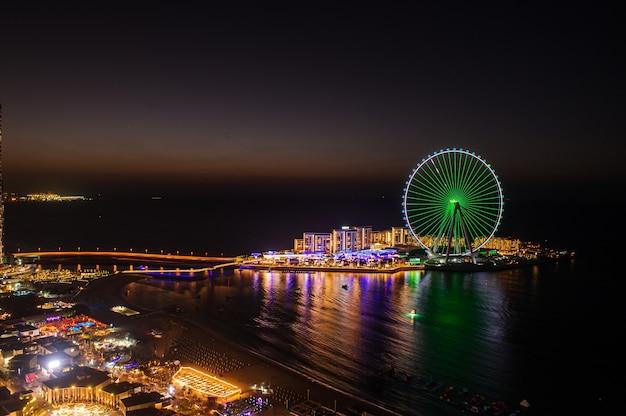 アラブ首長国連邦、ドバイ、2020年12月25日ジュメイラビーチレジデンスのブルーウォーターアイランド。日没時間