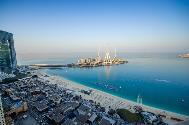 Дубай, оаэ. 25 декабря 2020 вид на остров голубой воды, jbr