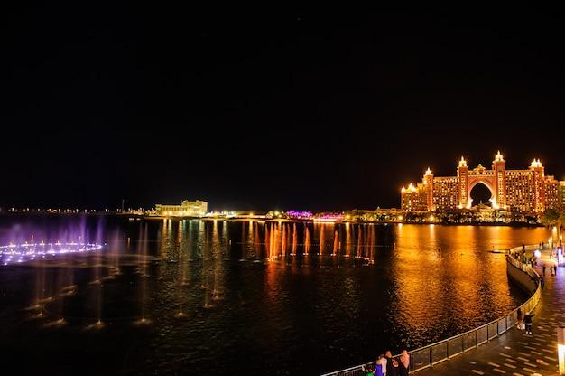 Дубай, оаэ - 5 февраля 2020 г. фонтан в районе пуэнт в дубае на острове пальма джумейра признан крупнейшим в мире