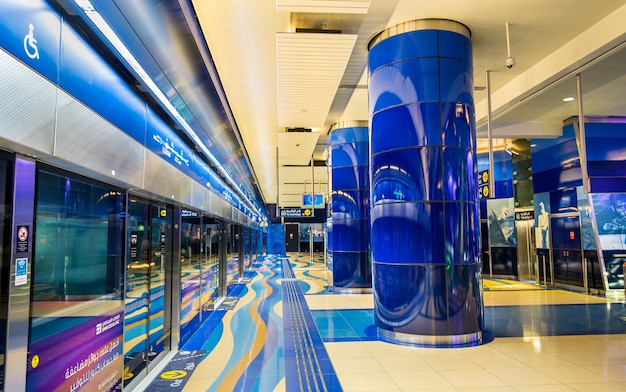 Дубай, оаэ - 1 января: интерьер станции метро burjuman в январе