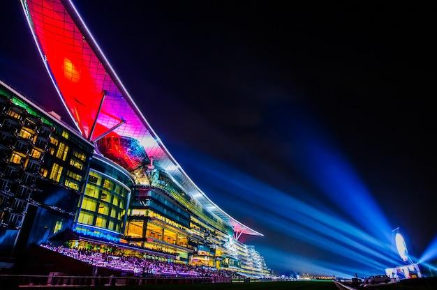 Дубай, оаэ - 28 марта: отель meydan в дубае, оаэ, как видно 28 марта 2015 года. meydan - первый в мире 5-звездочный отель на трассе с 285 номерами, 2 гоночными трассами и трибуной.