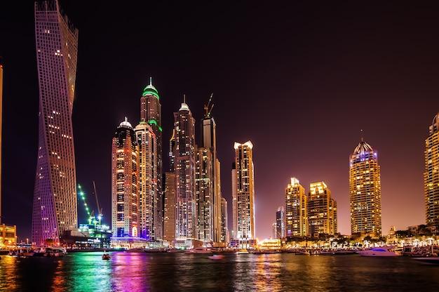 ドバイ、アラブ首長国連邦-3月21日:2016年3月21日、ドバイ、アラブ首長国連邦の夕暮れ時にドバイマリーナ。ペルシャ湾沿いの人工水路の長さ3キロの都市。