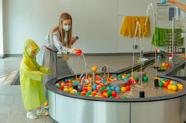 두바이 uae, 올리 올리 두바이 체험 놀이 박물관에서 노는 어린 소녀 행진