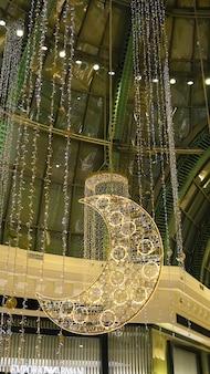 Дубай оаэ май 2021 г. торговый центр эмиратов украшен к празднику ид