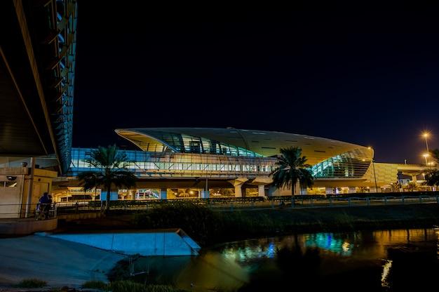 Дубай, оаэ - 10 ноября: станция метро дубая 10 ноября 2016 года в дубае, оаэ. дубайское метро проходит в 40 км вдоль шейха зайда роуд. это здание, похожее на броненосца, имеет впечатляющий футуристический дизайн.