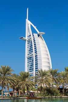 Дубай, оаэ - 26 ноября: гостиница burj al arab 26 ноября 2014 года в дубае, оаэ. burj al arab - это роскошный 5-звездочный отель, построенный на искусственном острове напротив пляжа джумейра.