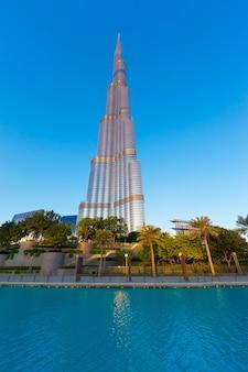 두바이, 아랍 에미리트-년 11 월 27 일 : 두바이, 아랍 에미리트에서 2014 년 11 월 27 일에 부르 즈 칼리파. burj khalifa는 현재 829.84m (2,723ft)로 세계에서 가장 높은 건물입니다.