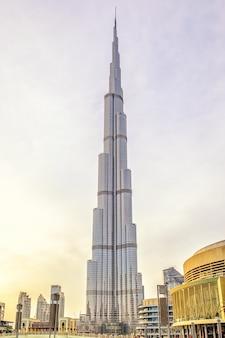 두바이, 아랍 에미리트-2018 년 10 월 20 일 : 부르 즈 칼리파 타워. burj khalifa는 현재 .world에서 가장 높은 건물입니다.